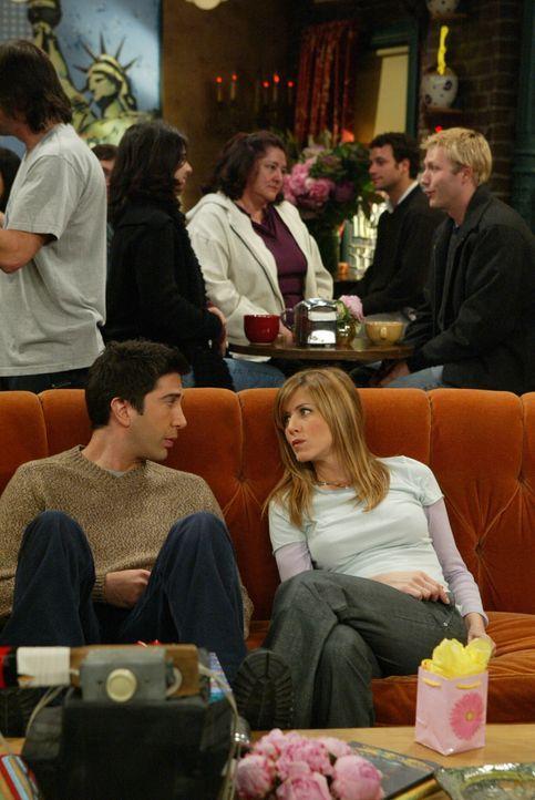 Sind traurig über Chandlers und Monicas Entscheidung: Ross (David Schwimmer, l.) und Rachel (Jennifer Aniston, r.) ... - Bildquelle: 2003 Warner Brothers International Television