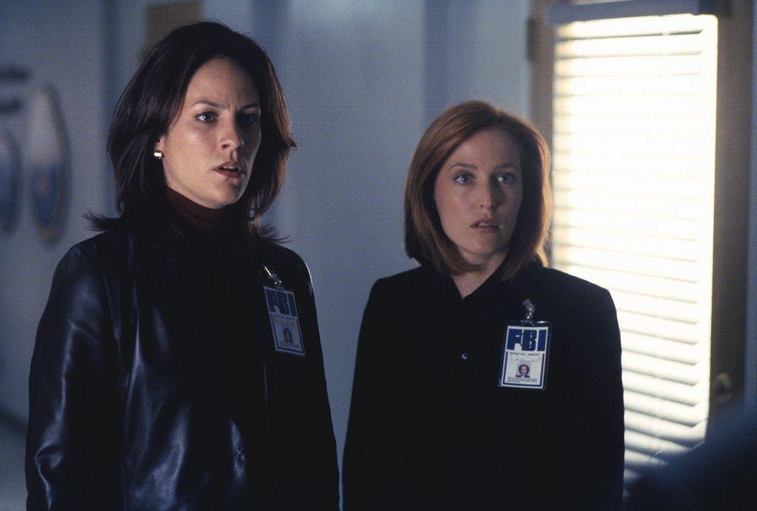 Monica (Annabeth Gish, l.) und Scully (Gillian Anderson, r.) erfahren vom Tod des Mitarbeiters Carl Wormus, Abteilungsleiter der Umweltschutzbehörde... - Bildquelle: TM +   Twentieth Century Fox Film Corporation. All Rights Reserved.