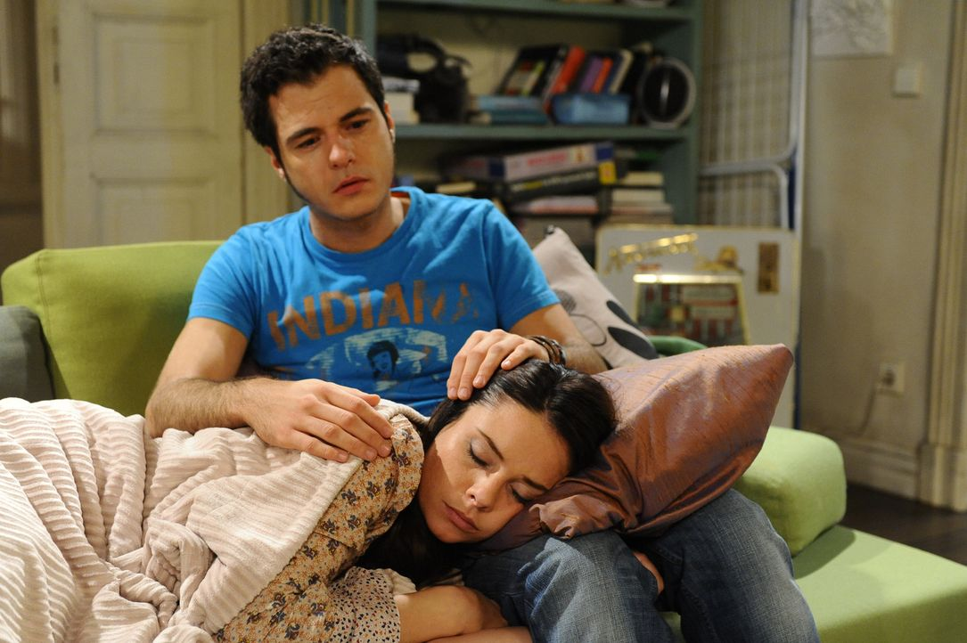 Maik (Sebastian König, oben) wacht besorgt über Palomas (Maja Maneiro, unten) Schlaf ... - Bildquelle: SAT.1