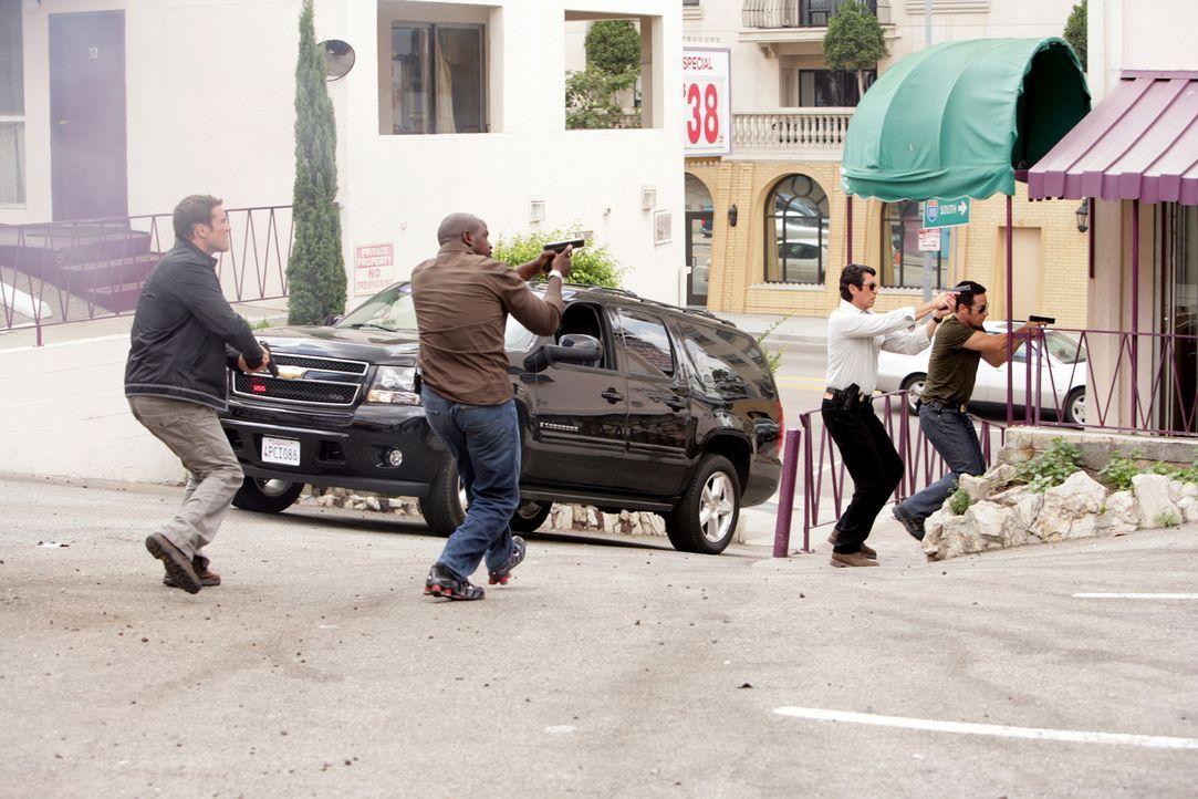 Gemeinsam versuchen sie Megan aus den Fängen von Crystal Hoyle zu befreien: Colby Granger (Dylan Bruno, l.), David Sinclair (Alimi Ballard, 2.v.l.)... - Bildquelle: CBS International Televison