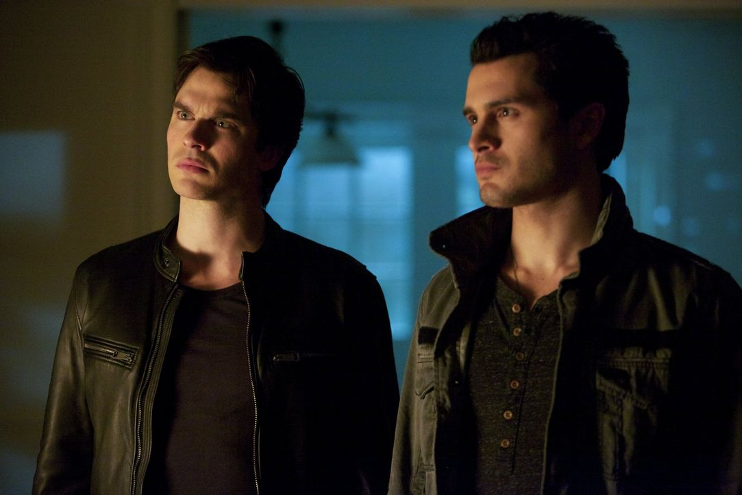 Ungefragt gibt Enzo (Michael Malarkey, r.) Damon (Ian Somerhalder, l.) Beziehungstipps und offenbart ihm schließlich seine eigenen Ziele ... - Bildquelle: Warner Brothers