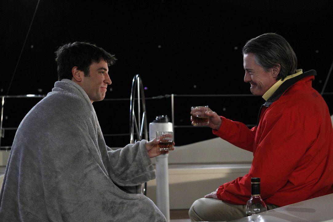 Unternehmen einen einen Segeltörn - mit ungeahntem Ende: Ted (Josh Radnor, l.) und Captain (Kyle MacLachlan, r.) ... - Bildquelle: 20th Century Fox International Television