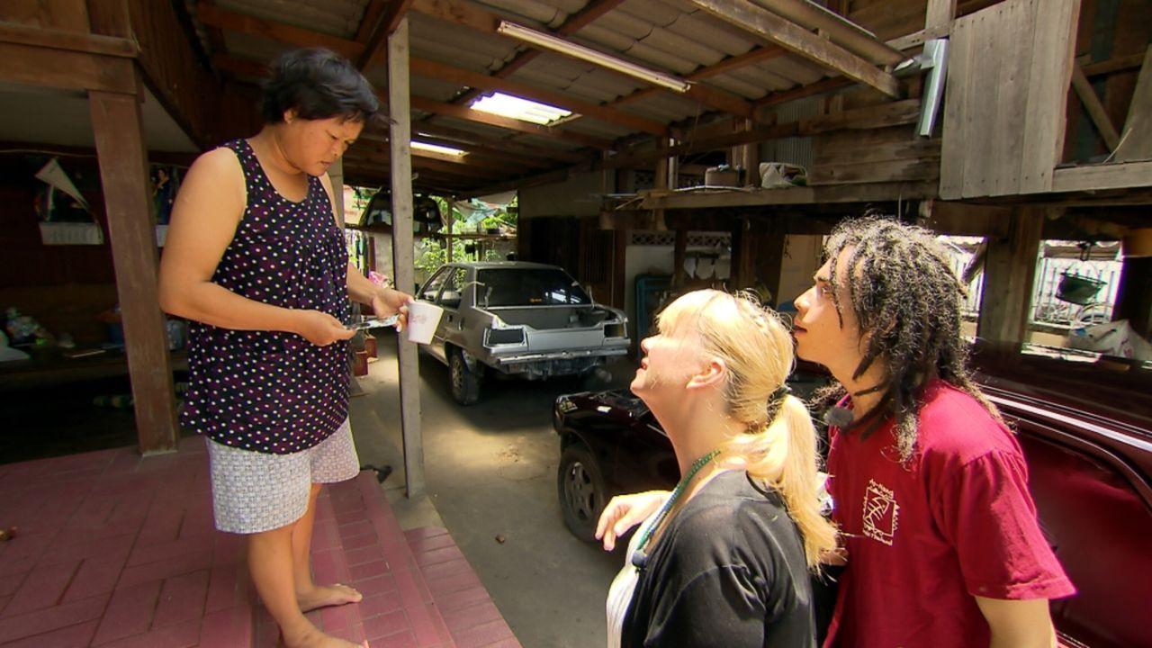 Michaela setzt auf Julias (M.) Spürsinn. Die gebürtige Thailänderin wurde als Kind von ihrem Vater zur Adoption freigegeben und wuchs in Österreich... - Bildquelle: SAT.1