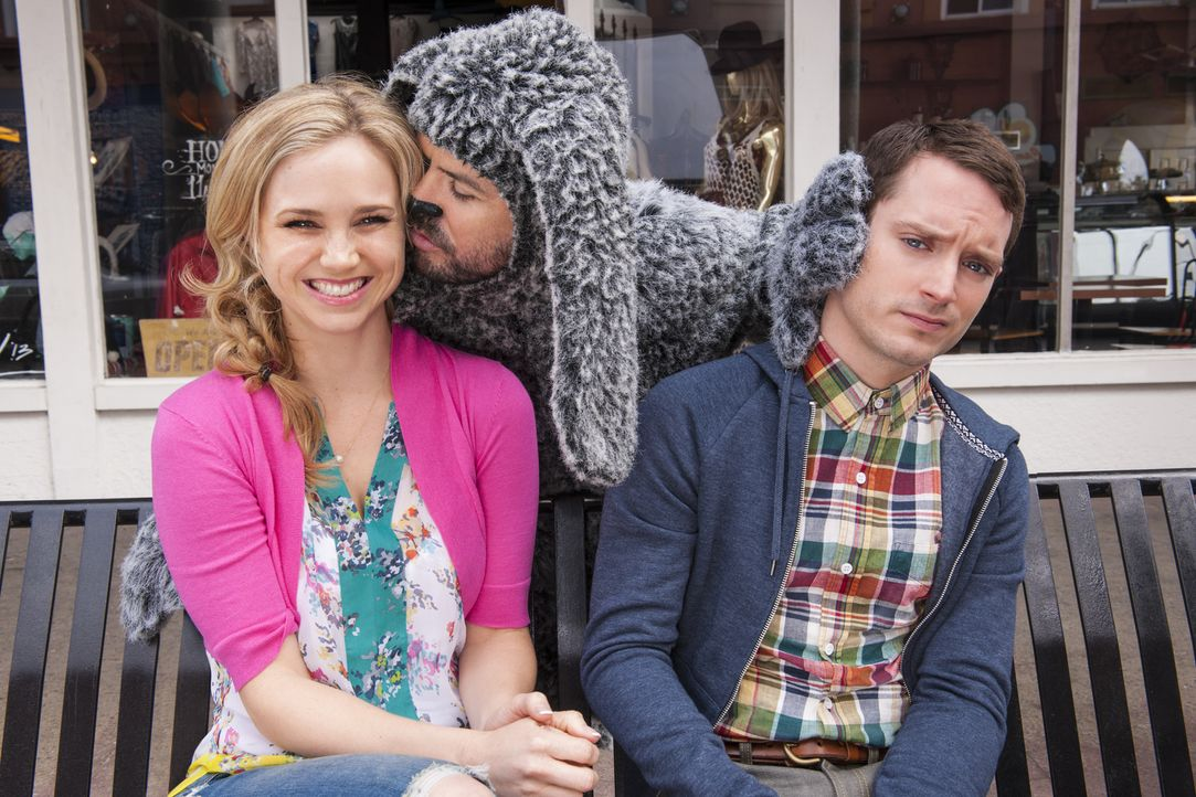 Wilfred (Jason Gann, M.) weiß es zu verhindern, dass sich Jenna (Fiona Gubelmann, l.) und Ryan (Elijah Wood, r.) näher kommen ... - Bildquelle: 2013 Bluebush Productions, LLC. All rights reserved.