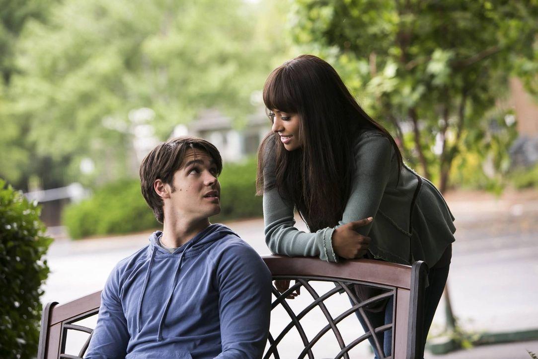 Jeremy (Steven R. McQueen, l.) ist der Einzige, der weiß, dass Bonnie (Kat Graham, r.) bereits seit einem Jahr tot ist ... - Bildquelle: Warner Brothers