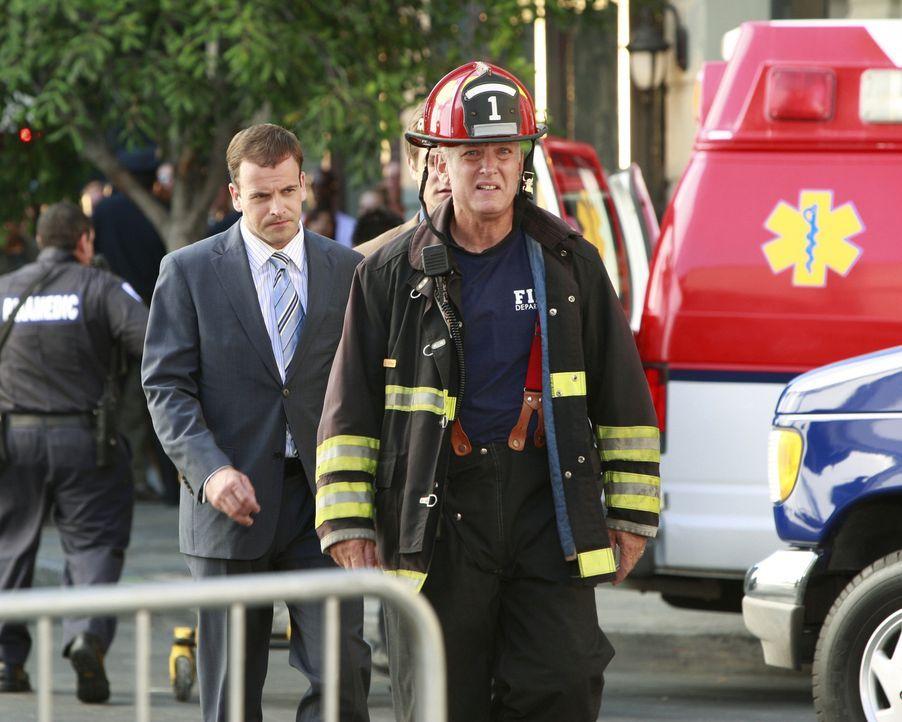 Nates Visionen erweisen sich als wahr: Eli (Jonny Lee Miller, l.) versucht Lieutenant O'Shea (Conor O'Farrell, r.) davon zu überzeugen, das Treppenh... - Bildquelle: Disney - ABC International Television