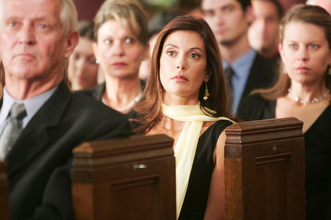 Susan (Teri Hatcher, M.) kann nicht glauben, was sie sieht ... - Bildquelle: 2005 Touchstone Television  All Rights Reserved