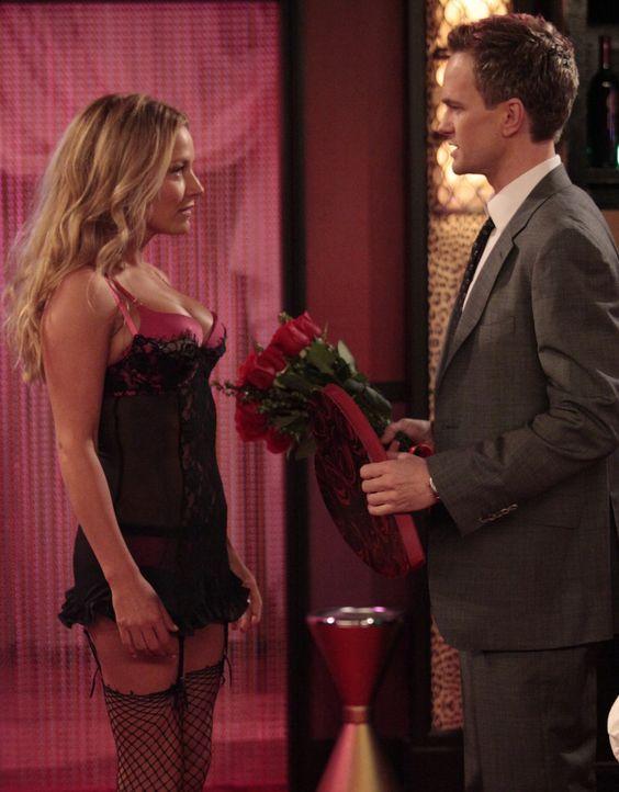 Barney (Neil Patrick Harris, r.) setzt seine Suche nach Quinn (Becki Newton, l.) fort und wird in einem Stripclub fündig ... - Bildquelle: 20th Century Fox International Television