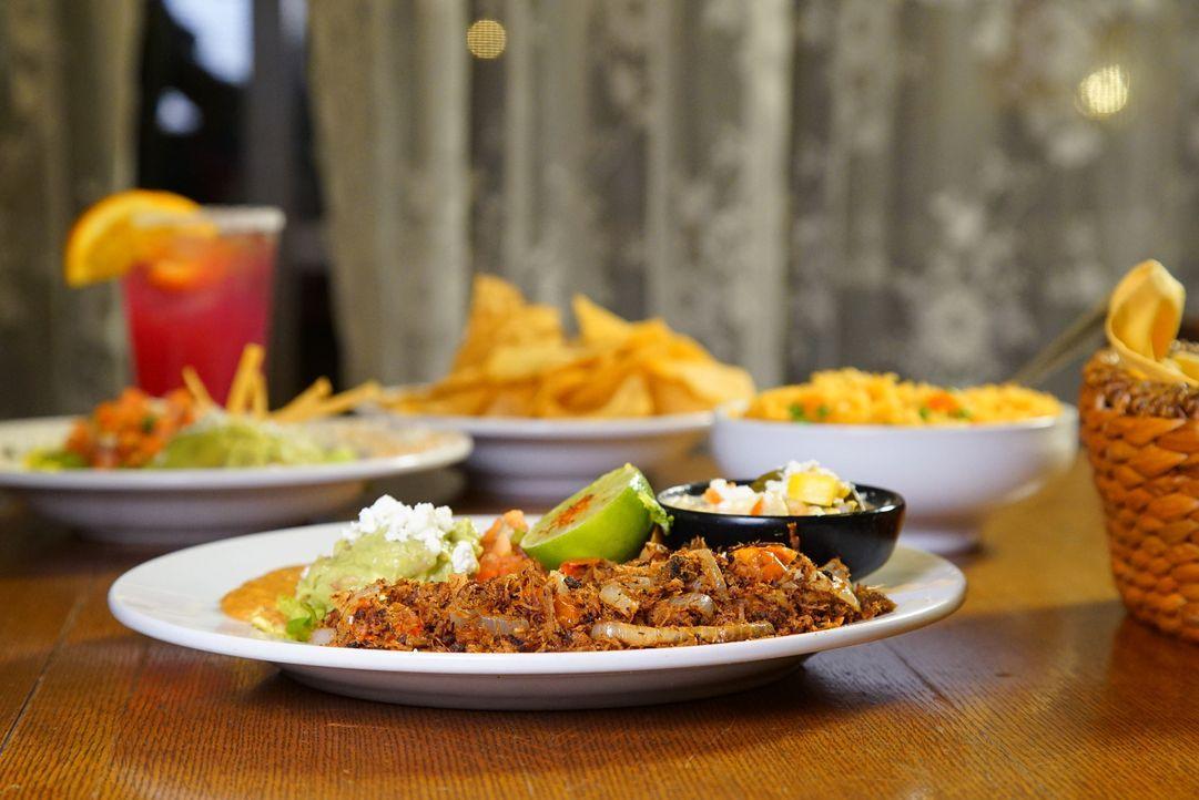 Andrew Zimmern stattet heute Tucson im Bundesstaat Arizona einen Besuch ab. Hier gibt es köstliches getrocknetes Rindfleisch, frittierte Burritos, H... - Bildquelle: 2016,The Travel Channel, L.L.C. All Rights Reserved
