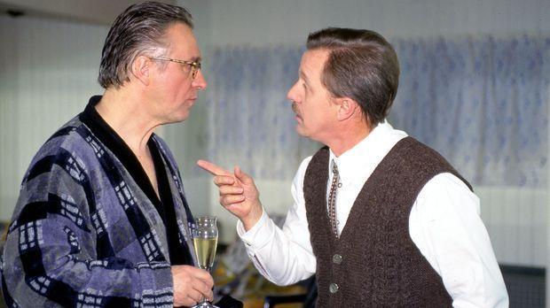 Bürgermeister Rissbacher (Werner Rom, r.) macht dem Ortsvorsitzenden Rambold...