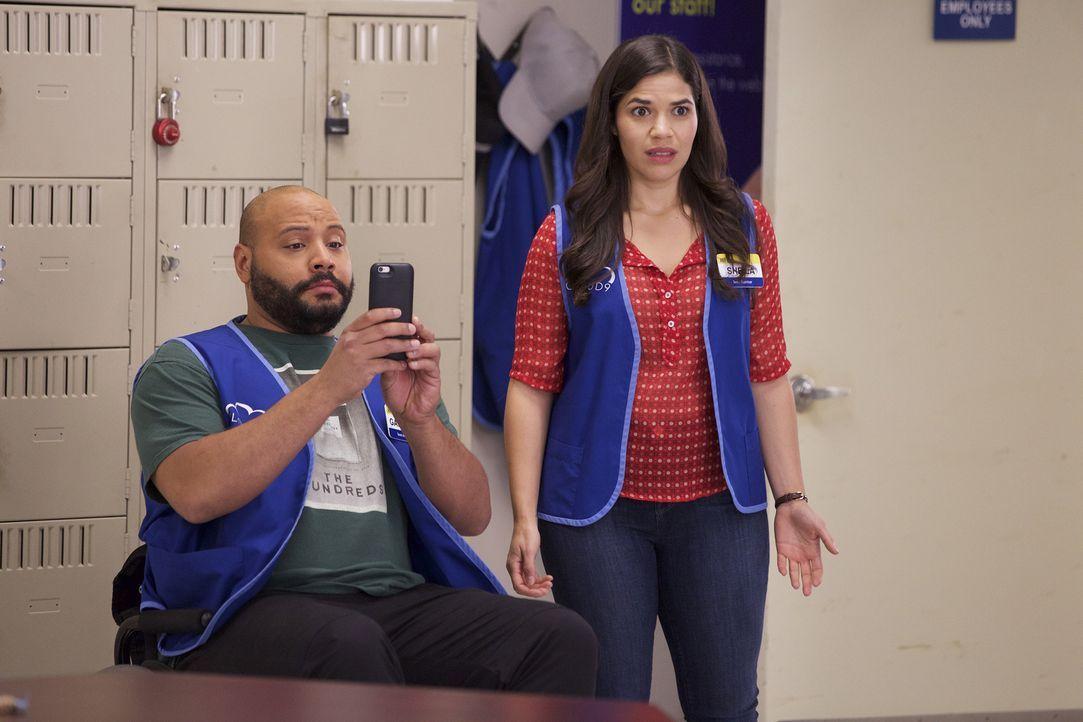 Garrett (Colton Dunn, l.) und Amy (America Ferrera, r.) platzen in eine äußerst verstörende Szenerie im Pausenraum - das muss Garrett für die Nachwe... - Bildquelle: Tyler Golden 2015 Universal Television LLC. ALL RIGHTS RESERVED.