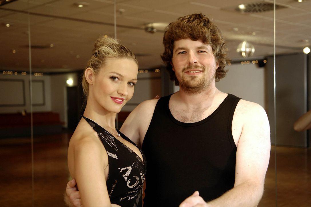 Martin (r.) träumt seit ewigen Zeiten von einer netten Freundin. Bei Daniela Wolf (l.) ist er in den besten Händen, um zu lernen, was Frauen gerne... - Bildquelle: ProSieben