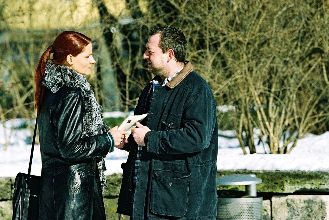 Leo und Nina beobachten, wie Marlene Endrass (Susann Uplegger, l.) dem Eiswart Xaver Fichtel (Maximilian Krückl, r.) einen Umschlag übergibt. - Bildquelle: Christian A. Rieger Sat.1