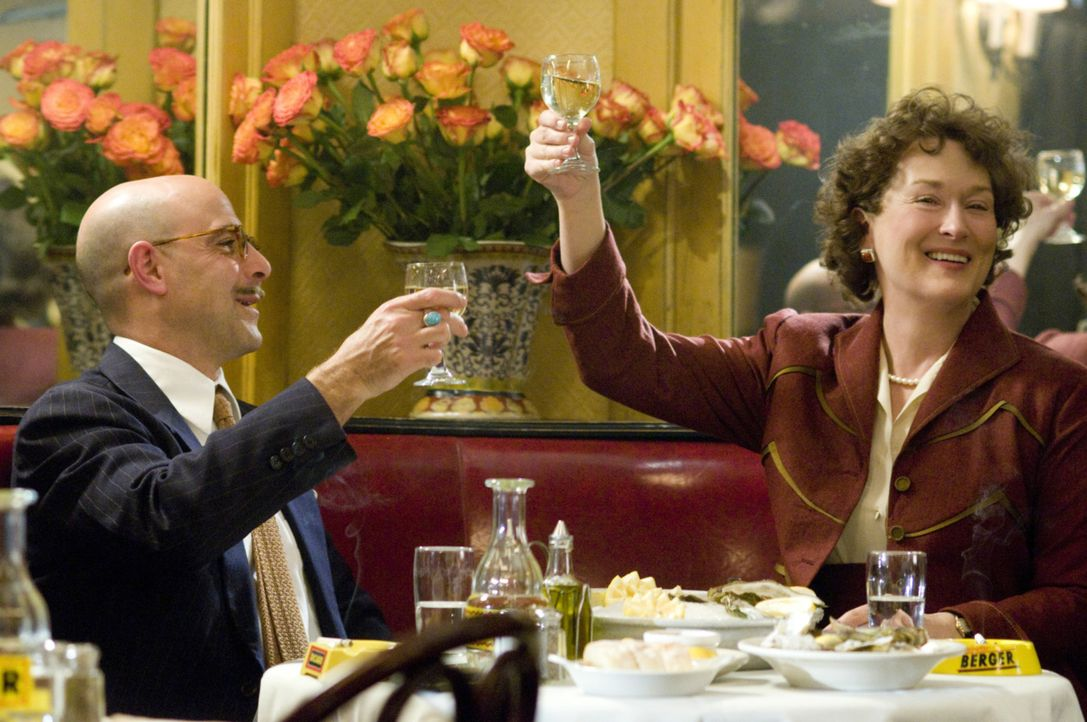 Durch ein Kochbuch verändert sich ihr Leben schlagartig: Julia (Meryl Streep, r.) und Paul Child (Stanley Tucci, l.) ... - Bildquelle: 2009 Columbia Pictures Industries, Inc. All Rights Reserved.