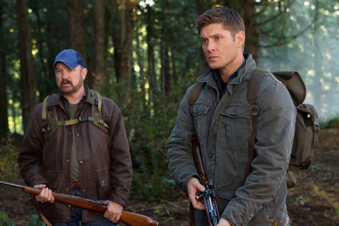 Werden schnell selbst zu Gejagten: Dean (Jensen Ackles, r.) und Bobby (Jim Beaver, l.) ... - Bildquelle: Warner Bros. Television