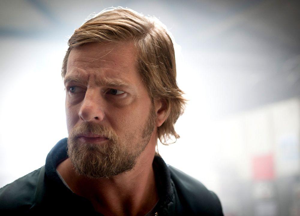 (4. Staffel) - Mick Brisgau (Henning Baum) hält sich seit Monaten im Wald versteckt - nur seine Vertraute, die Uschi, weiß, wo er ist - und verrät s... - Bildquelle: Martin Rottenkolber SAT. 1