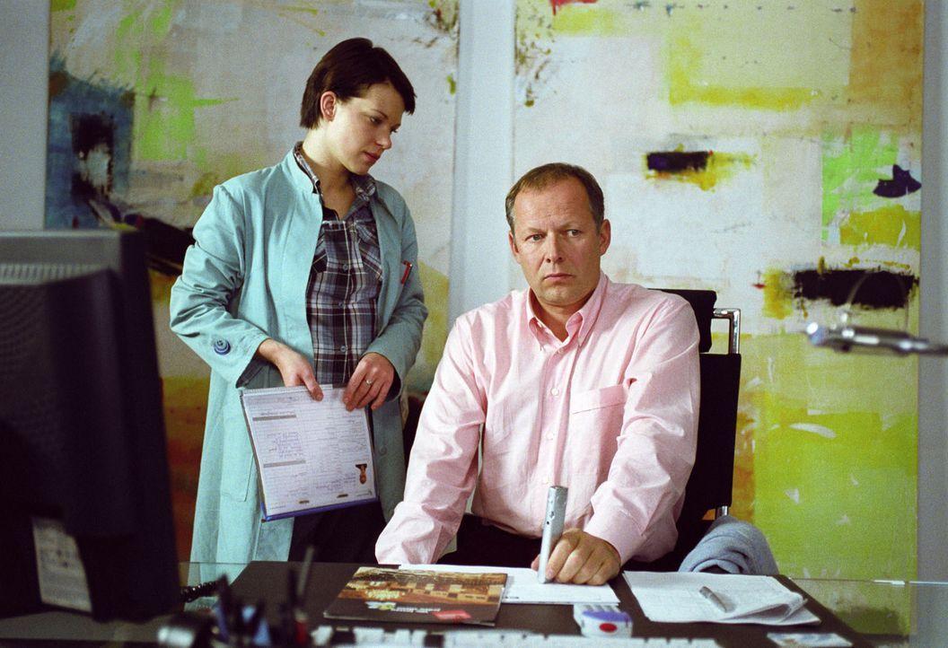 Hanna (Theresa Hübchen, l.) konfrontiert ihren Stiefvater Dr. Heinßen (Axel Milberg, r.) mit ihrem Verdacht, dass für das von ihm betreute Projekt M... - Bildquelle: Thiel Sat.1