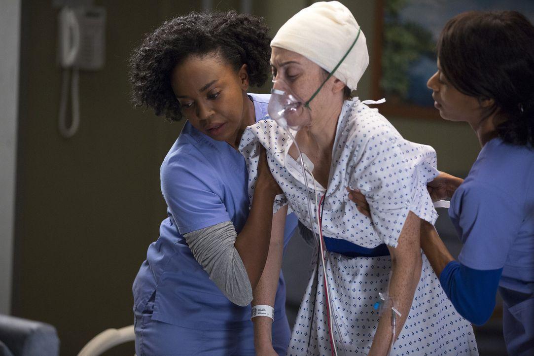 Während nach einem Busunfall viele ältere Menschen in die Notaufnahme eingeliefert werden, müssen sich Stephanie (Jerrika Hinton, l.) und Jessica (P... - Bildquelle: John Fleenor ABC Studios