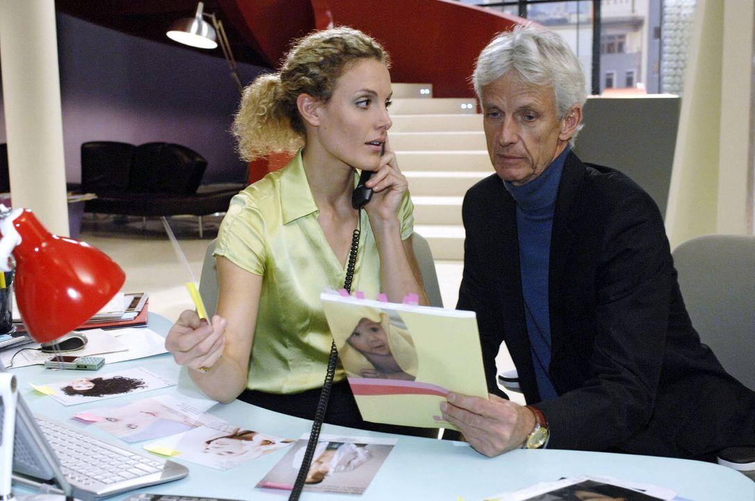 Robert (Mathieu Carrière, r.) lenkt die gestresste Maja (Barbara Lanz, l.) von der Arbeit ab. - Bildquelle: Oliver Ziebe Sat.1