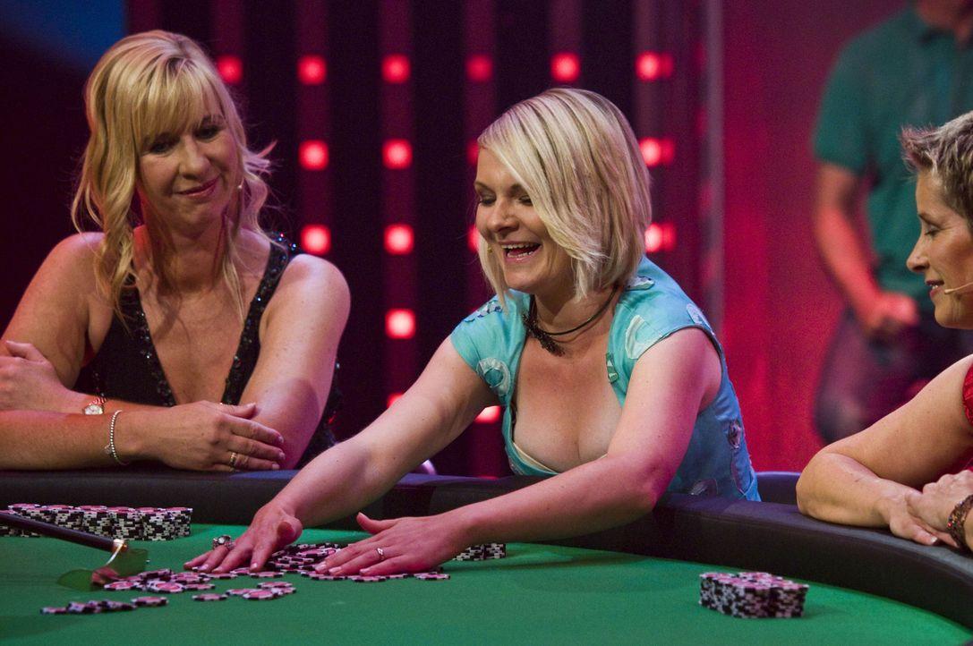 Sabine (l.), Daniela (M.) und Tanja (r.) zocken am Pokertisch um das Können ihrer Männer ... - Bildquelle: SAT.1