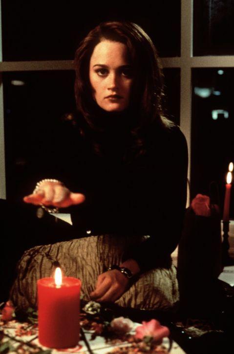 Bei der Geburt starb Sarahs (Robin Tunney) Mutter; und dieses Wissen lastet schon seit Jahren auf Sarahs Gewissen und trieb sie bereits zu mehreren... - Bildquelle: Copyright   1996 Columbia Pictures Industries, Inc. All Rights Reserved.