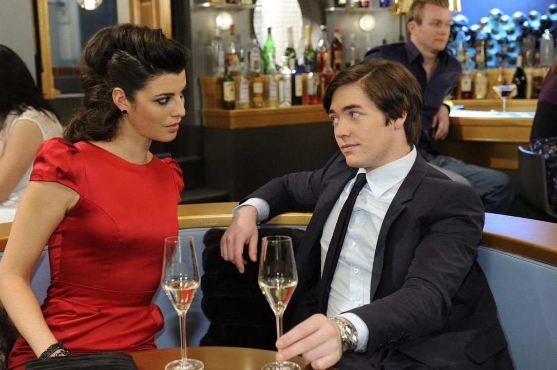 Nachdem Carla (Sarah Mühlhausen, l.) von Toms Hochzeit verwiesen wurde, lässt sie sich von Kai (Frederic Böhle, r.) noch auf einen Drink einladen... - Bildquelle: SAT.1
