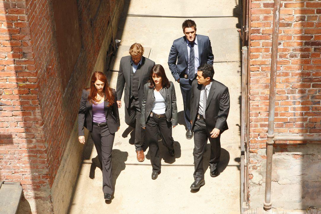 Auf der Suche nach dem Mörder von dem Päderasten William McTeer: Teresa (Robin Tunney, M.), Grace (Amanda Righetti, l.), Patrick (Simon Baker, 2.v.l... - Bildquelle: Warner Bros. Television