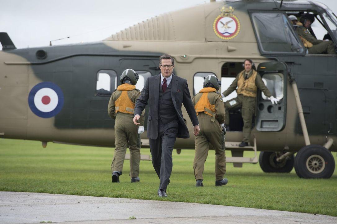 Welche Rolle spielt Alexander Waverly (Hugh Grant, M.) in dem Zusammenspiel von russischen und amerikanischen Agenten im Kampf gegen eine Verbrecher... - Bildquelle: Warner Bros.