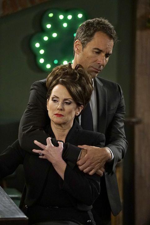 Will (Eric McCormack, hinten) setzt alles daran, Karen (Megan Mullally, vorne) nach einer Tragödie beizustehen ... - Bildquelle: Chris Haston 2017 NBCUniversal Media, LLC