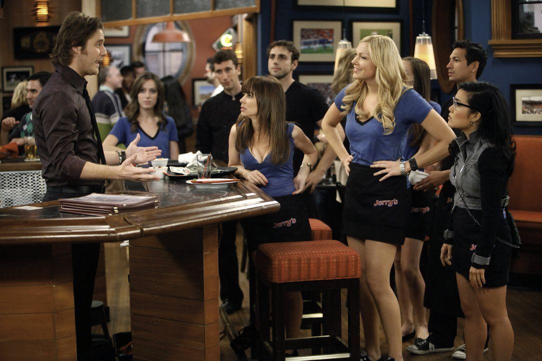 Veränderungen stehen an: Rick (Jake McDorman, vorne l.), Nikki (Natasha Leggero, vorne 2.v.l.), Chelsea (Laura Prepon, vorne 2.v.r.) und Olivia (Al... - Bildquelle: Warner Bros. Television