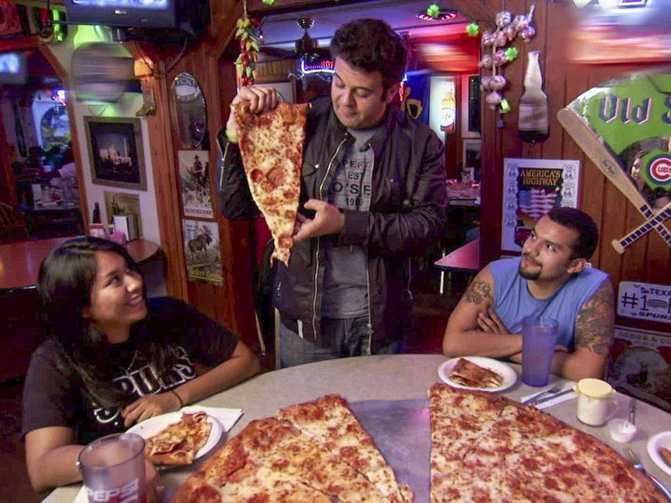 Von der Schulter bis zur Hüfte: In San Antonio bei Big Lou trifft Adam (M.) auf eine Pizza, bei der ein Stück so groß wie sonst eine ganze Pizza ist... - Bildquelle: 2011, The Travel Channel, L.L.C. All Rights Reserved.