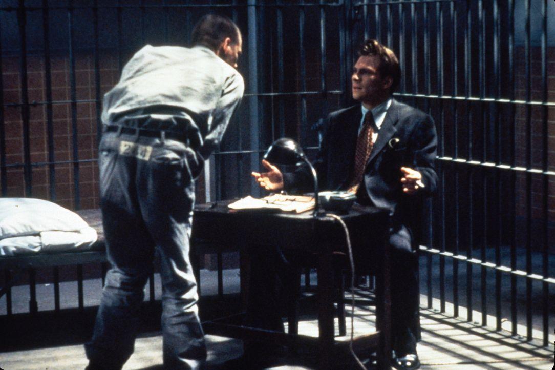 Der junge Harvard-Absolvent James Stamphill (Christian Slater, r.) soll die Verteidigung des zum Tode verurteilten Henri Young (Kevin Bacon, l.) übe... - Bildquelle: Warner Bros.