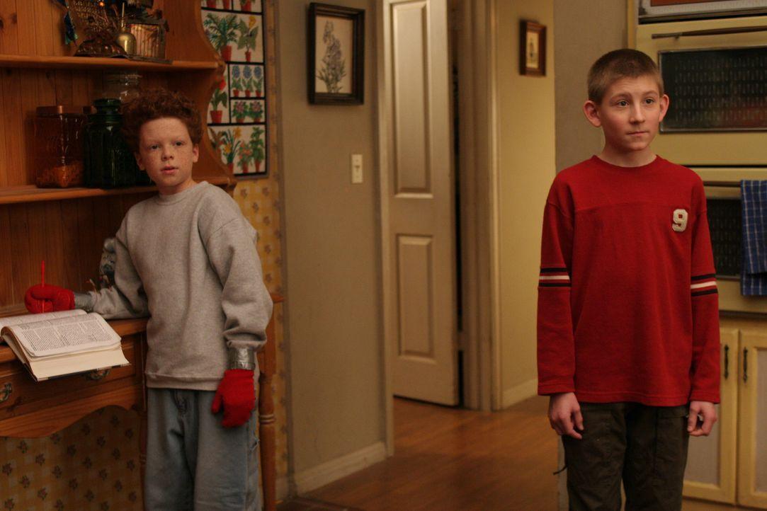 Dewey (Erik Per Sullivan, r.) lädt Chad (Cameron Monaghan, l.) zum Übernachten ein, wovon Hal allerdings überhaupt nicht begeistert ist ... - Bildquelle: TM &  2005 - 2006 Twentieth Century Fox Film Corporation and Regency Entertainment (USA), Inc.