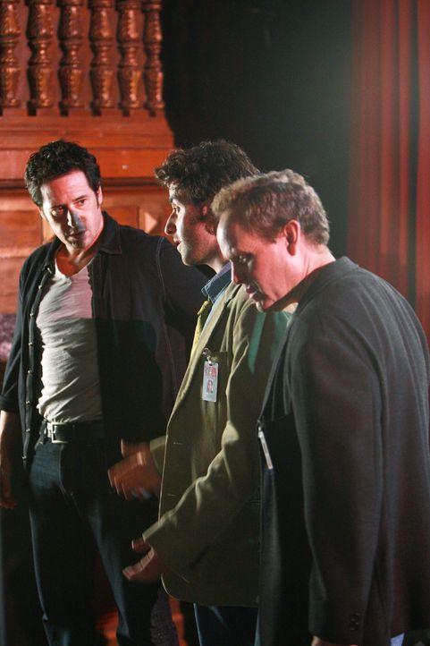 Um herauszufinden, wie Talma auf offener Bühne verschwunden ist, müssen Larry (Peter MacNicol, r.), Don (Rob Morrow, l.), Charlie (David Krumholtz... - Bildquelle: Paramount Network Television