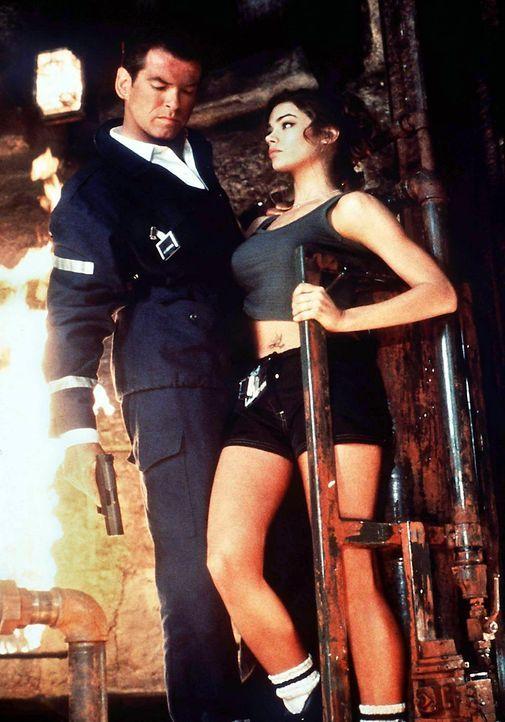 Denise-Richards-Pierce-Brosnan-James-Bond-The-World-Is-Not-Enough-2002-WENN - Bildquelle: dpa