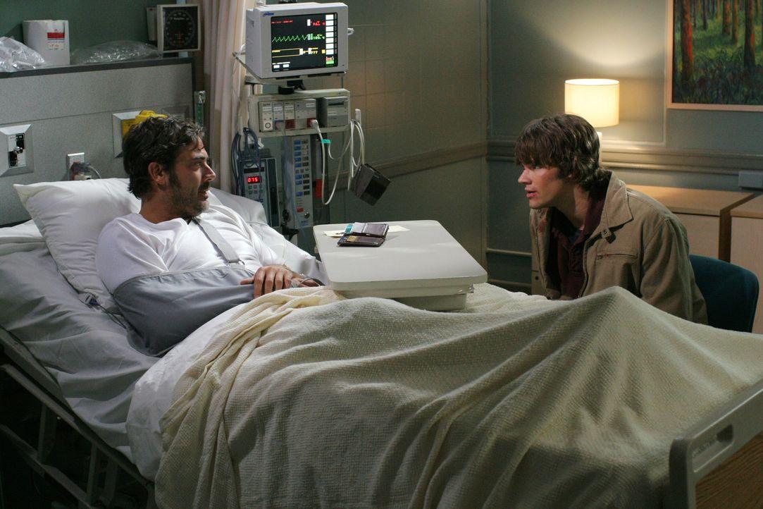 Sam (Jared Padalecki, r.) besucht seinen Vater John (Jeffrey Dean Morgan, l.) im Krankenhaus, der dort seit einem Unfall mit einem Dämon liegt ... - Bildquelle: Warner Bros. Television