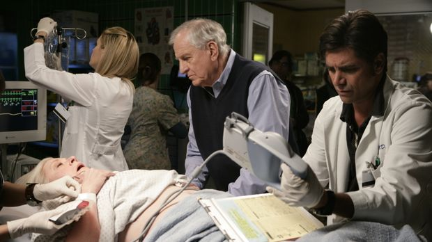 Dr. Tracy Martin (Emily Rose, l.) und Tony (John Stamos, r.) kümmern sich um...