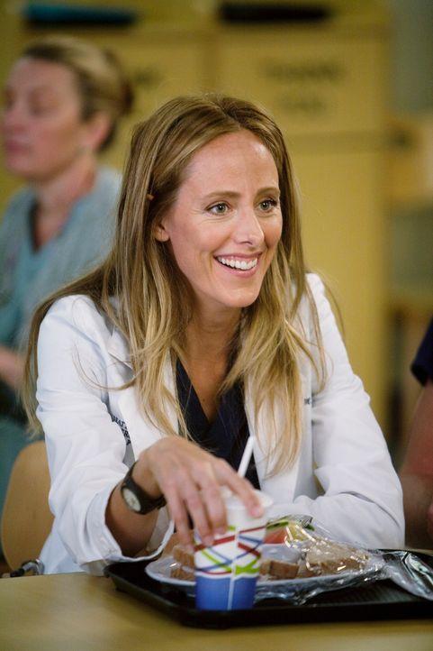 Owen überrascht Cristina mit einem Geschenk in Form einer neuen Kardiologie-Göttin (Kim Raver), die nicht nur mit ihm befreundet ist, sondern auch n... - Bildquelle: Touchstone Television