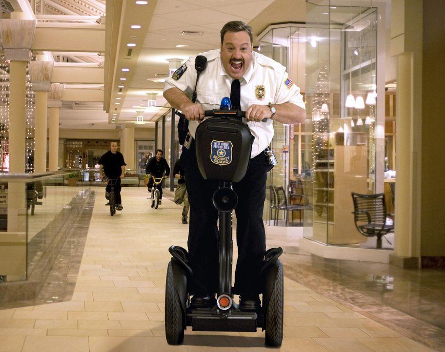 Mit Leib und Seele gibt sich Paul Blart (Kevin James) seinem Job, als Kaufhaus Cop hin ... - Bildquelle: 2009 Columbia Pictures Industries, Inc. and Beverly Blvd LLC. All Rights Reserved.