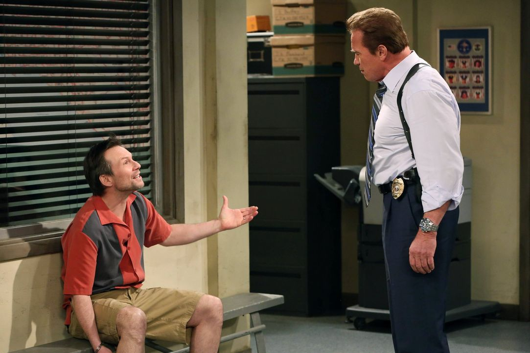Lieutenant Wagner (Arnold Schwarzenegger, r.) glaubt, Charlie gefasst zu haben und gibt Walden und Alan Bescheid, die um ihr Leben fürchten. Doch le... - Bildquelle: Warner Brothers Entertainment Inc.
