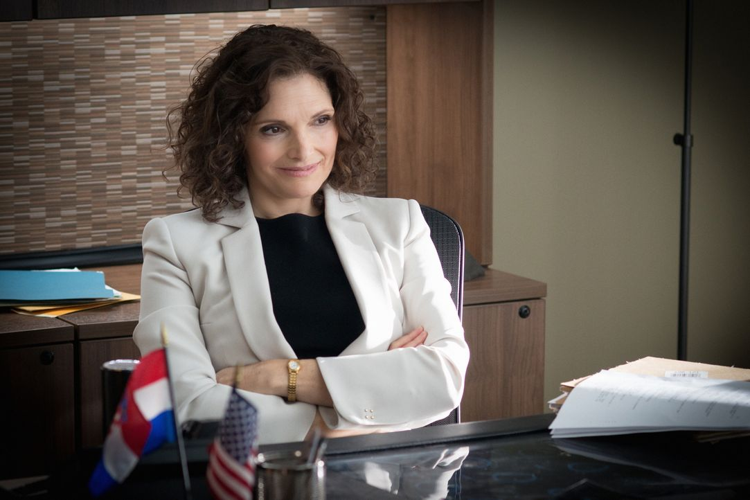 Weiß welche Pille Brain eingenommen hat und möchte ihn deshalb finden: Nasreen Pouran (Mary Elizabeth Mastrantonio) ... - Bildquelle: Myles Aronowitz 2015 CBS Broadcasting, Inc. All Rights Reserved