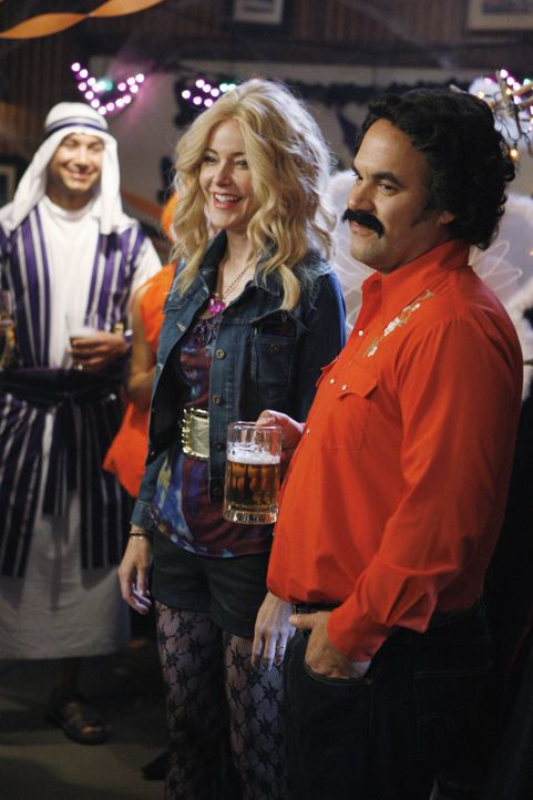 In Cougar Town gibt es immer was zu feiern: Ellie (Christa Miller, l.) und Andy (Ian Gomez, r.) ... - Bildquelle: 2010 ABC INC.