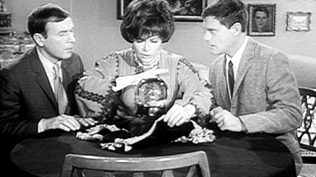 Roger (Bill Daily, l.) ist von der Wahrsagerin, Madam Zolta (Jorja Curtright,...
