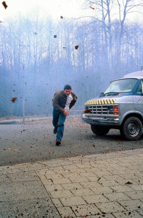 Versucht sich vor dem Wirbelsturm in Sicherheit zu bringen: Pete Jensen (Joe Lando) ... - Bildquelle: Cinetel Films Inc.