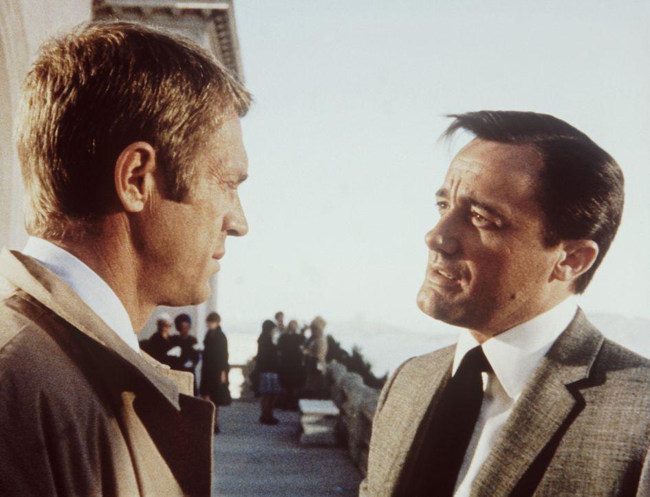 Der Polizeileutnant Frank Bullitt (Steve McQueen, l.) gesteht dem ehrgeizigen Politiker Chalmers (Robert Vaughn, r.), dass auf den Kronzeugen ein t - Bildquelle: Warner Bros.