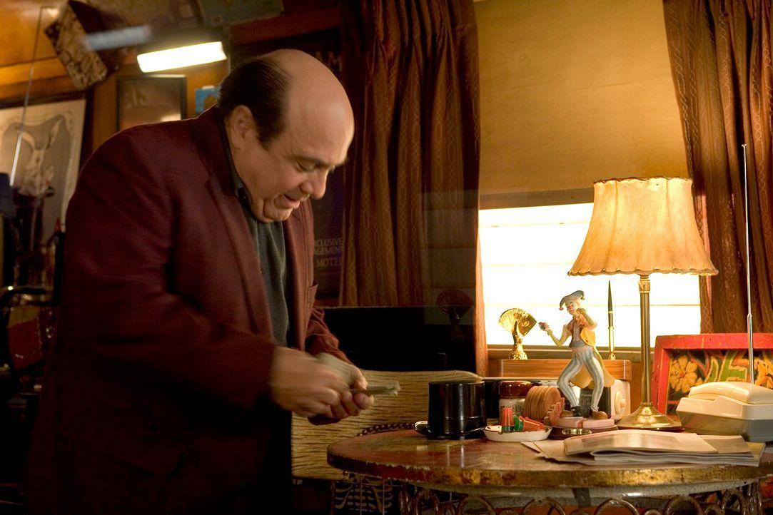 In einem Spielcasino fristet Walter (Danny, DeVito) sein Dasein und träumt, an seine große Karriere als Magier anknüpfen zu können. Doch statt Ruhm...