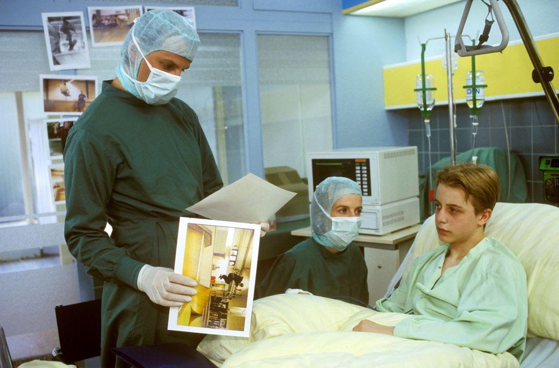 Als sich bei Dominik Schneider (Patrick Berg, r.) nach einem Unfall herausstellt, dass er an einem aplastischen Syndrom leidet und er nur über eine... - Bildquelle: Noreen Flynn Sat.1