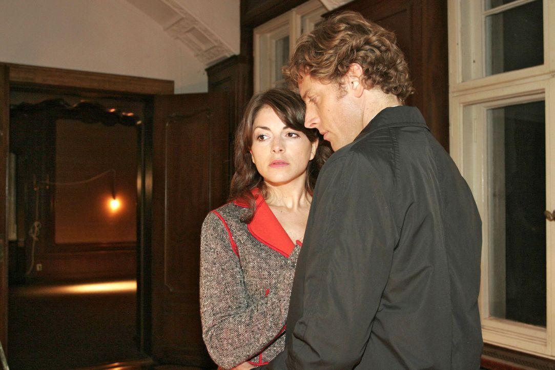 Mariella (Bianca Hein, l.) versucht sich Lars' (Clayton M. Nemrow, r.) Anziehungskraft zu entziehen... - Bildquelle: Noreen Flynn Sat.1