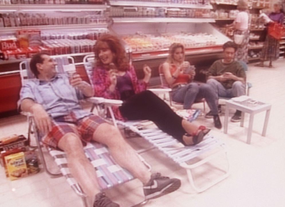 Auf der Flucht vor der sommerlichen Hitze haben sich (v.l.n.r.) Al (Ed O'Neill), Peggy (Katey Sagal), Kelly (Christina Applegate) und Bud (David Fau... - Bildquelle: Sony Pictures Television International. All Rights Reserved.