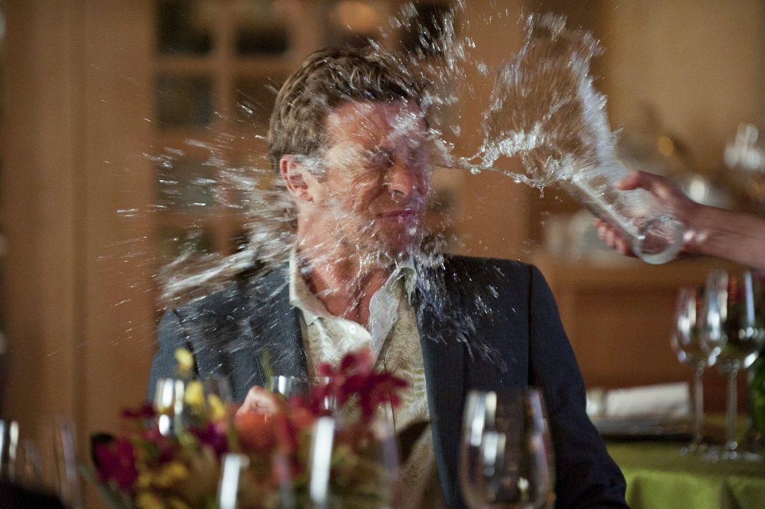 Als Lisbon begreift, dass sie einem Trick von Jane (Simon Baker) auf den Leim gegangen ist, flippt sie aus ... - Bildquelle: Warner Bros. Television